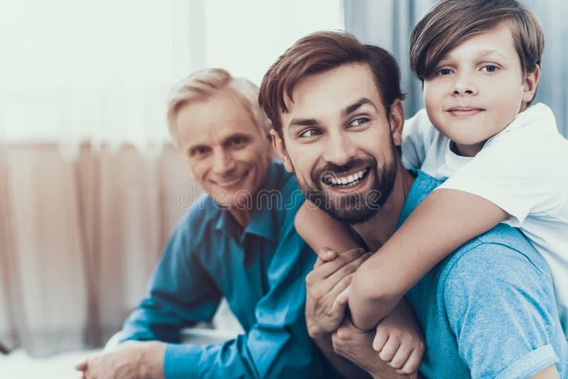 A família feliz tem o divertimento e passa o tempo junto fotografia de stock royalty free