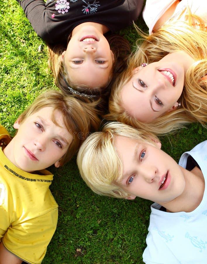 A família feliz tem o divertimento no parque foto de stock royalty free