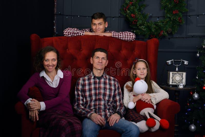 A família feliz veio junto, em antecipação ao Natal fotos de stock