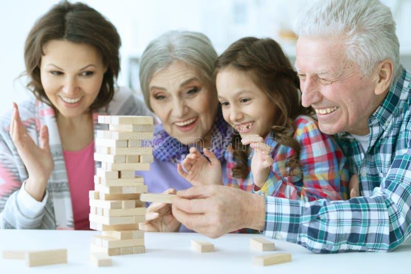 Família grande com a menina bonito que joga com blocos de madeira fotografia de stock