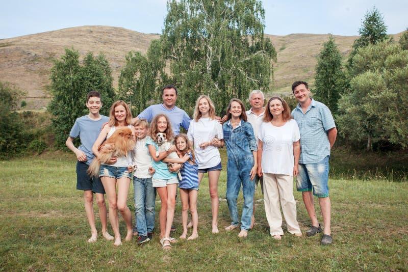 Família grande feliz fora imagem de stock