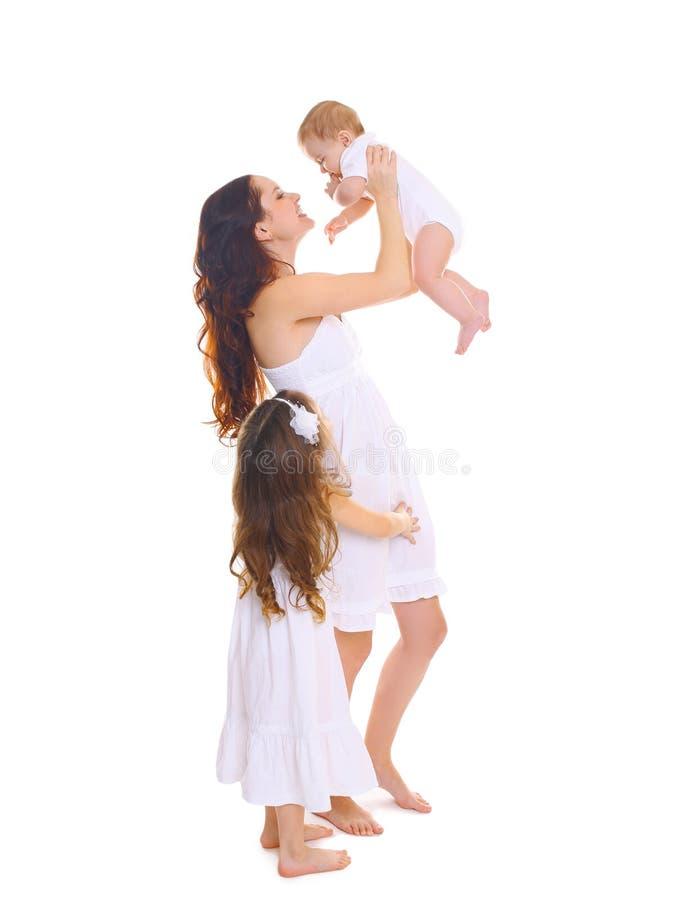 Família grande feliz! Mãe nova com as duas filhas das crianças no branco imagens de stock royalty free