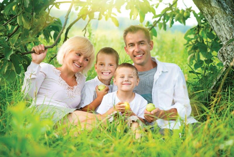 Família grande fora fotografia de stock