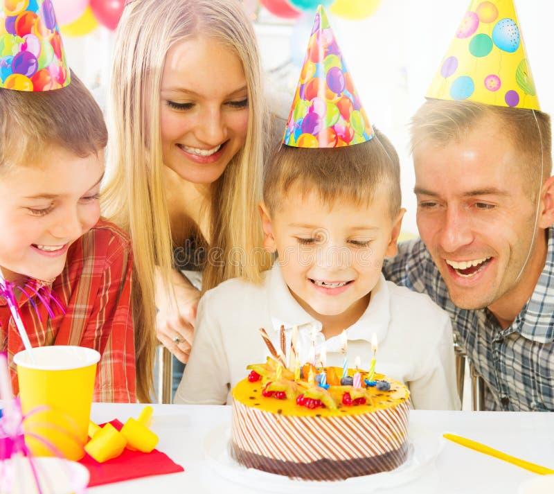 Família grande que comemora o aniversário do rapaz pequeno fotografia de stock