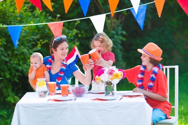 Família holandesa nova que tem o partido da grade no jardim fotografia de stock royalty free