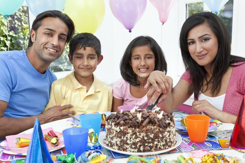 Família indiana asiática que comemora a festa de anos fotos de stock royalty free