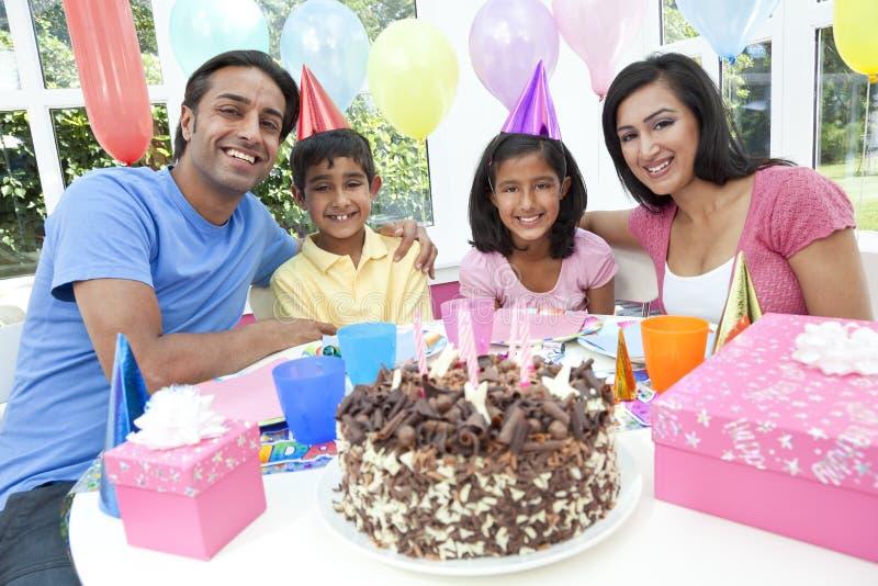 Família indiana asiática que comemora a festa de anos fotografia de stock