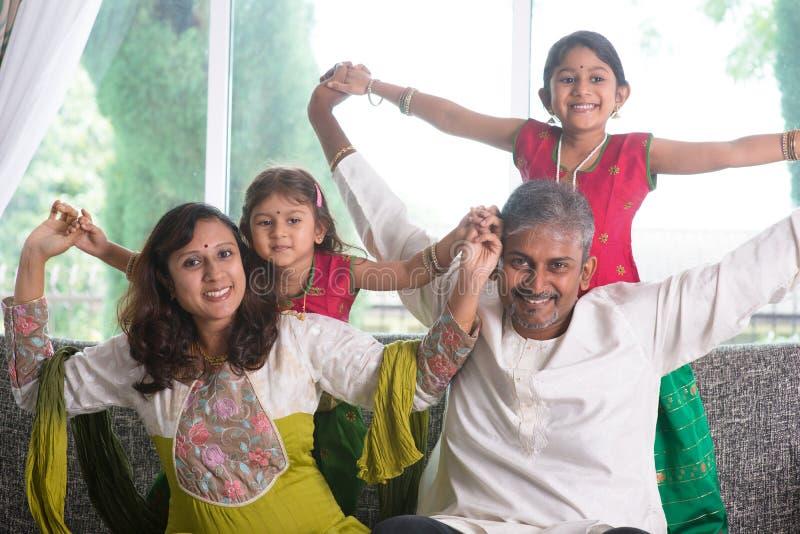 Família indiana feliz em casa foto de stock