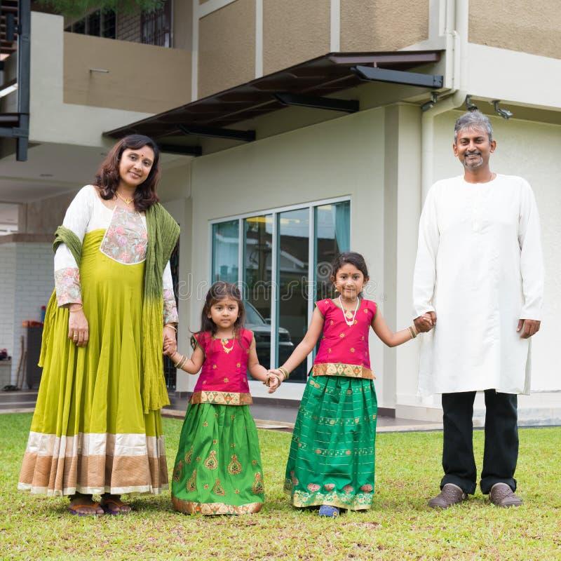 Família indiana que guarda as mãos fora da casa nova fotos de stock royalty free