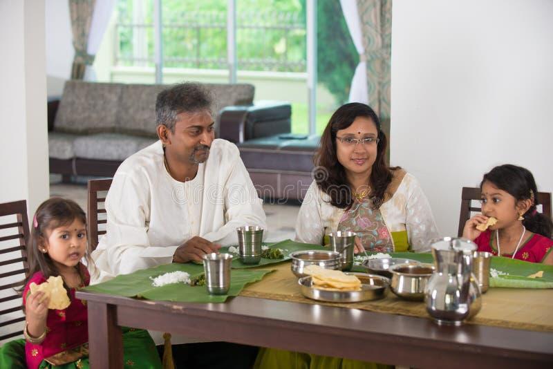 Família indiana que tem uma refeição imagem de stock