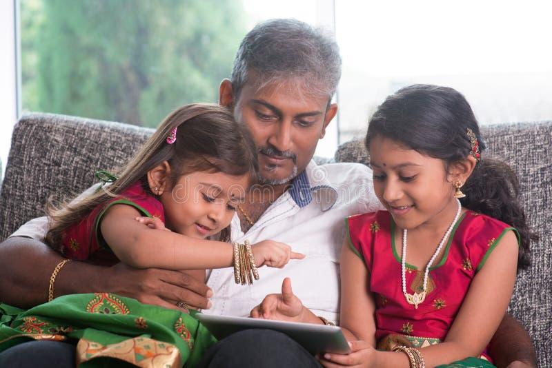 Família indiana que usa o tablet pc imagens de stock