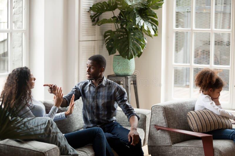 Família infeliz com a criança que discute em casa fotos de stock royalty free