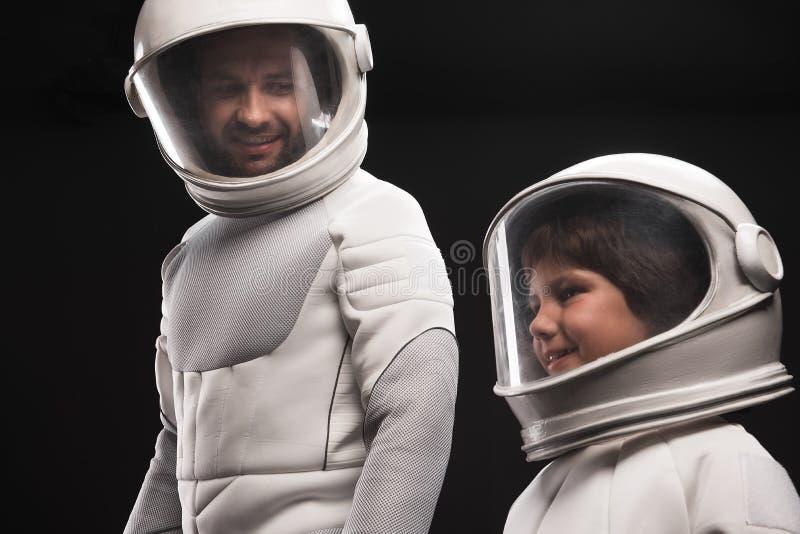 A família interessada dos astronautas está descobrindo o planeta novo fotografia de stock royalty free