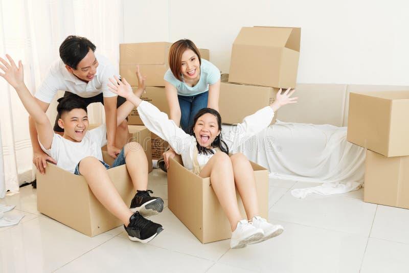 Família jogando em casa nova imagens de stock royalty free