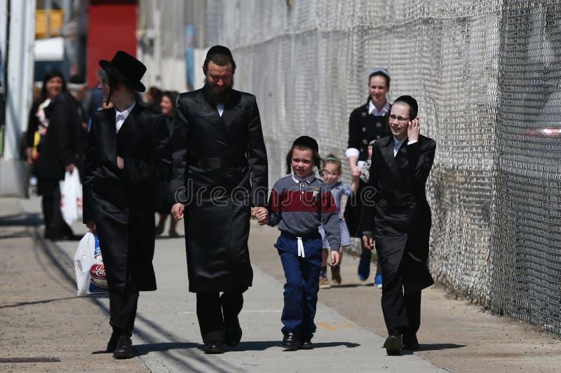 A família judaica aprecia fora durante a páscoa judaica em Coney Island em Brooklyn, New York imagens de stock royalty free