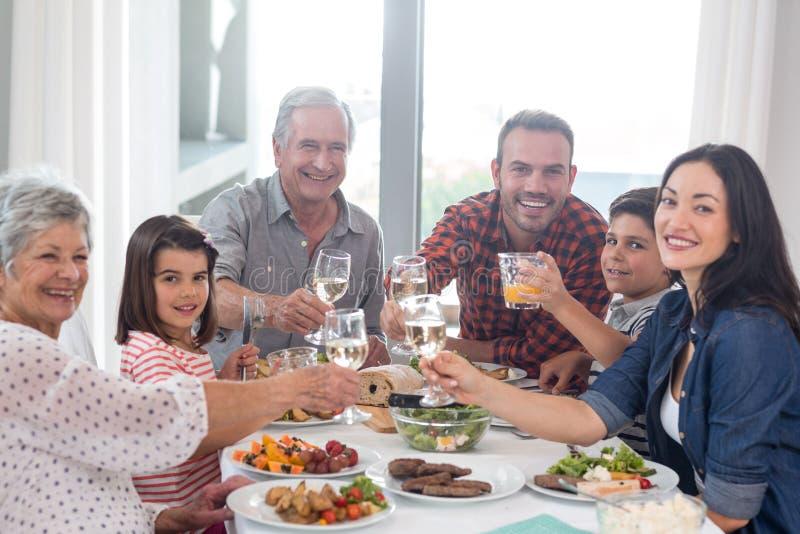 Família junto que tem a refeição fotografia de stock royalty free