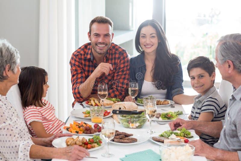 Família junto que tem a refeição fotos de stock