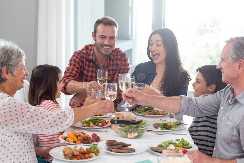 Família junto que tem a refeição imagem de stock royalty free