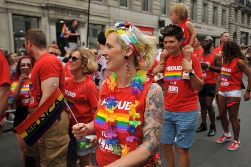 Família lésbica que marcha na parada de orgulho em Londres, Inglaterra 2019 fotos de stock