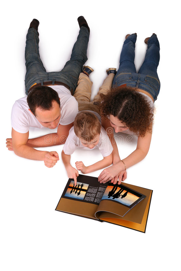 A família lê o compartimento fotos de stock royalty free