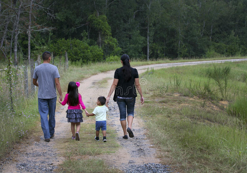 Família latino-americano - andando para casa fotos de stock