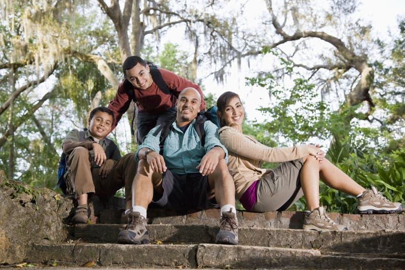 Família latino-americano com as trouxas que caminham no parque imagens de stock