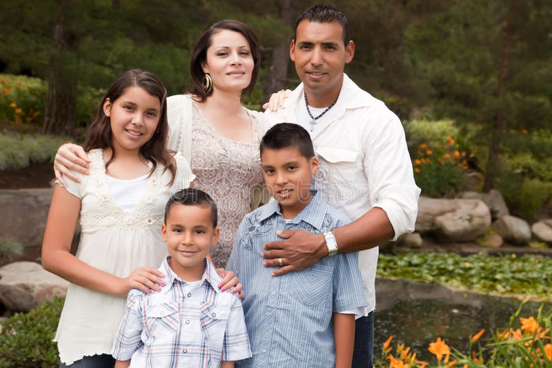 Família latino-americano feliz no parque fotos de stock royalty free