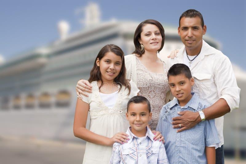 Família latino-americano feliz nova na frente do navio de cruzeiros foto de stock