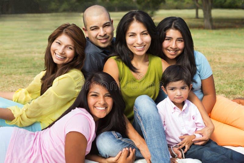 Família latino-americano grande que sorri fora fotografia de stock royalty free