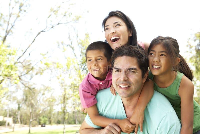 Família latino-americano nova no parque imagens de stock