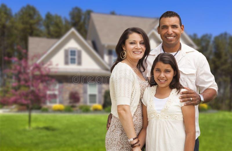 Família latino-americano pequena na frente de sua casa fotos de stock royalty free