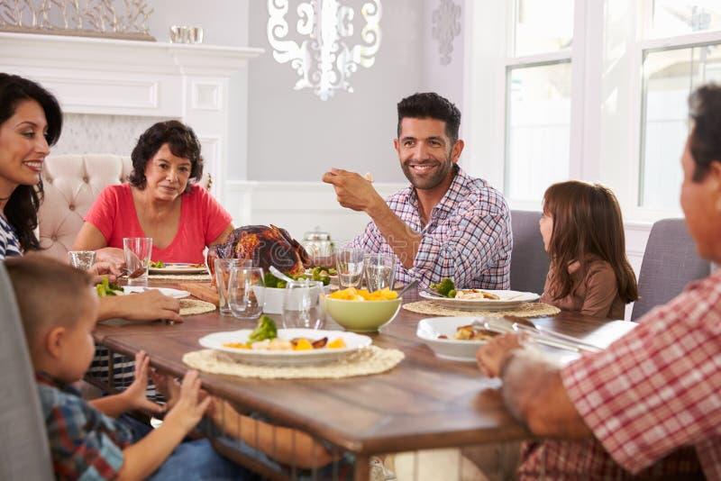 Família latino-americano prolongada que aprecia a refeição na tabela fotos de stock