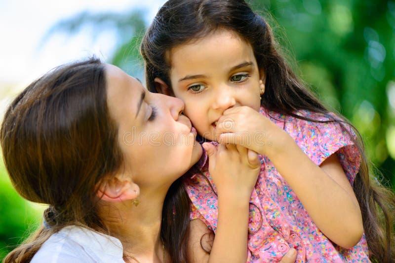 Família latino-americano que joga no parque ensolarado fotos de stock royalty free