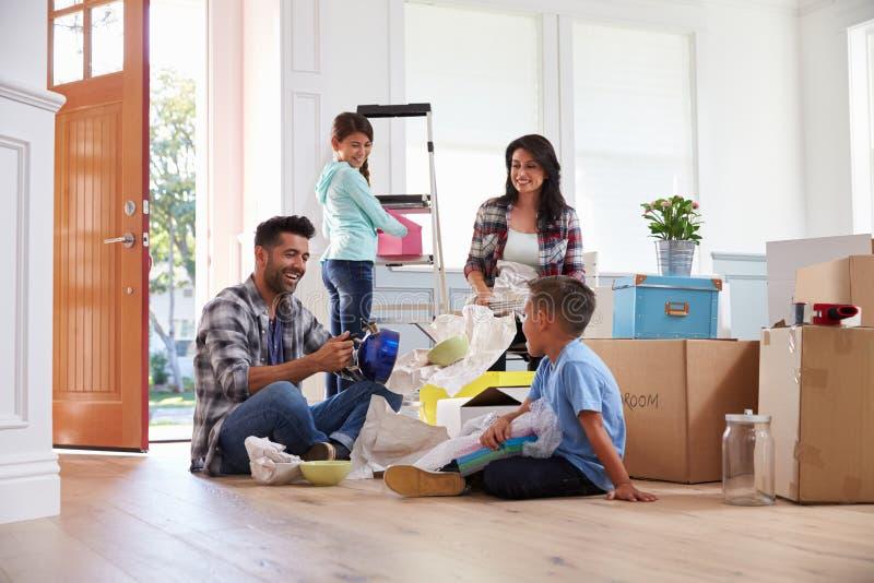 Família latino-americano que move-se na casa nova fotos de stock royalty free