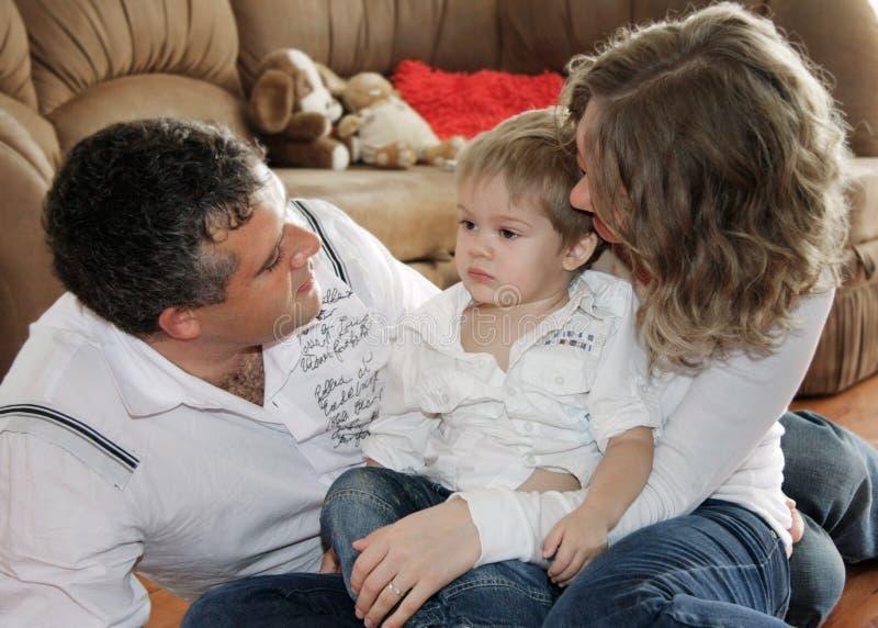 Família Loving em casa fotos de stock