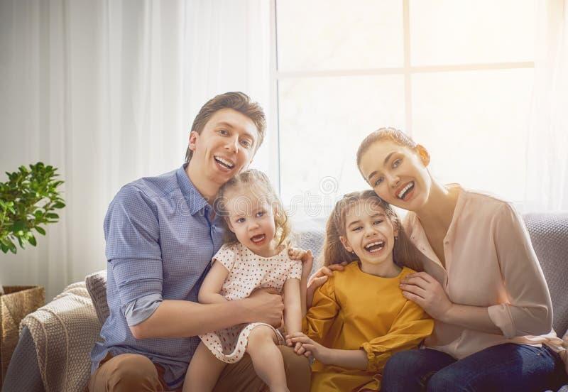 Família loving feliz imagem de stock