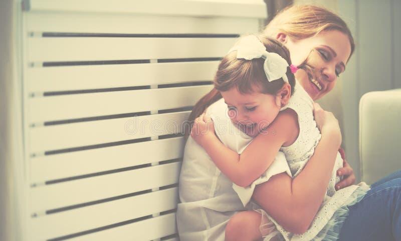 Família loving feliz mãe e criança que jogam, beijando e hugg imagens de stock