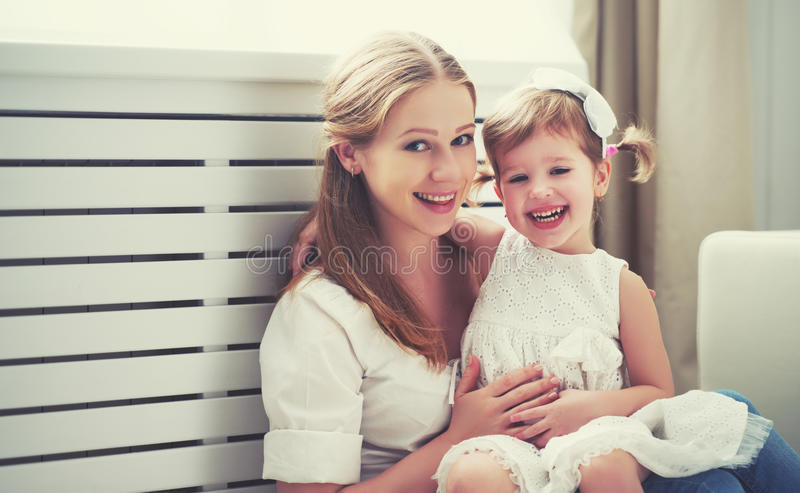Família loving feliz mãe e criança que jogam, beijando e hugg imagem de stock royalty free