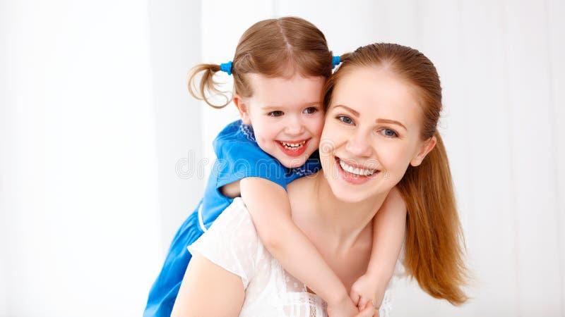 Família loving feliz mãe e criança que riem e que abraçam fotos de stock royalty free