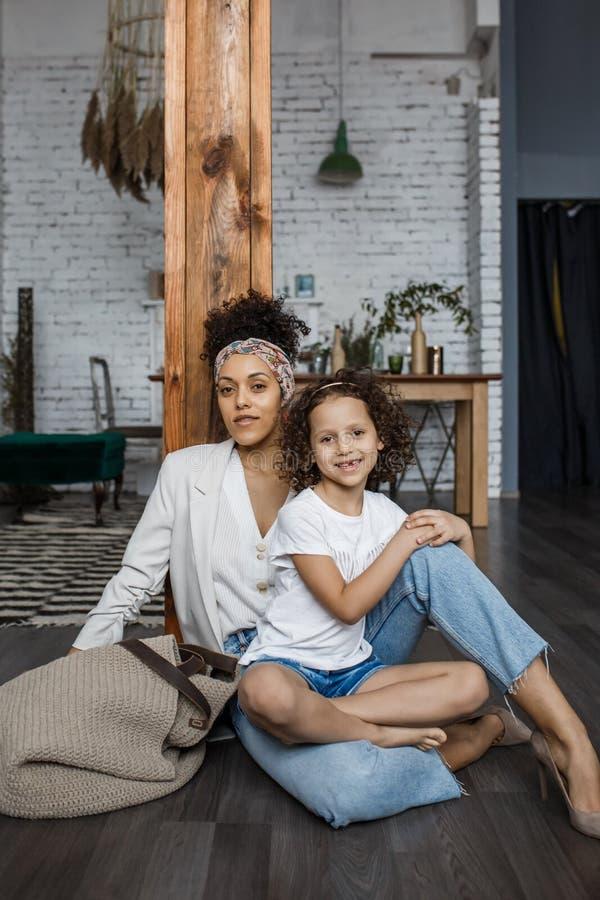 Família loving feliz A mãe nova e sua menina da filha jogam na sala das crianças Mamã engraçada e criança bonita foto de stock royalty free