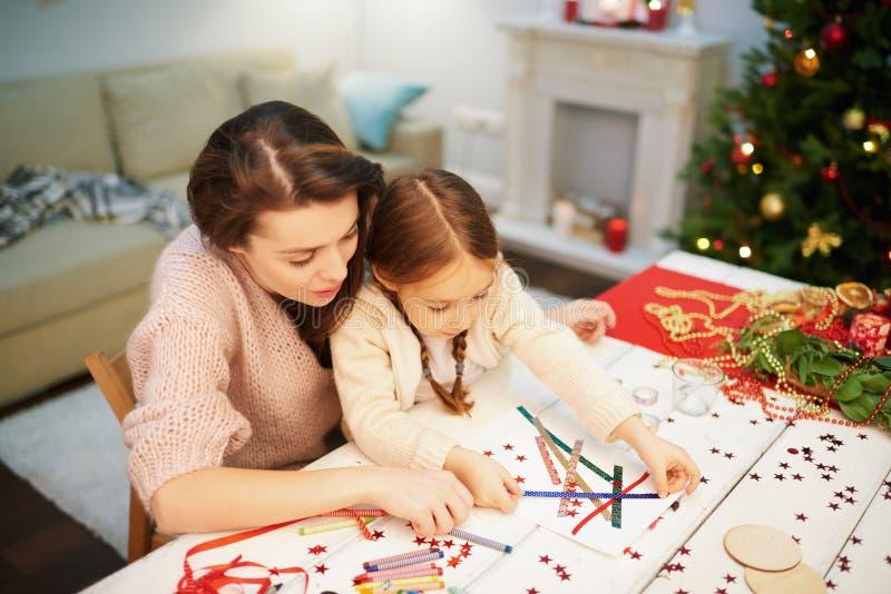 Família loving que faz a decoração do Natal imagem de stock