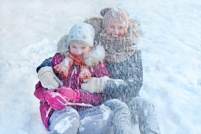 Família - mãe com sua filha - jogo na neve, apreciando o inverno e a sensação felizes imagens de stock royalty free