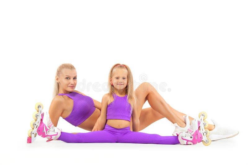 Família, mãe e filha, levantando no estúdio que veste rollerskates inline fotografia de stock