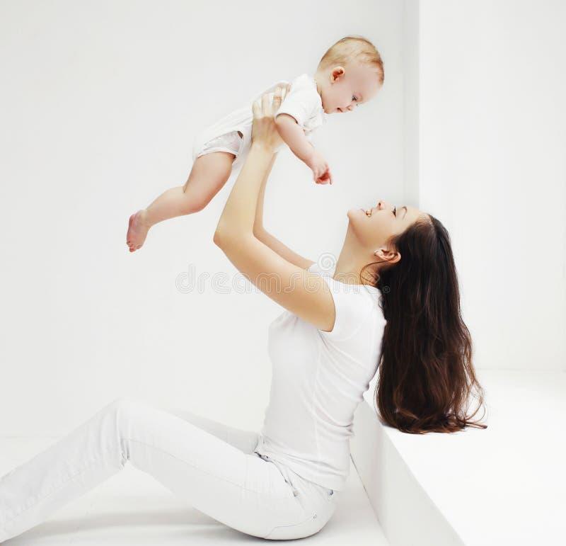 Família, mãe feliz e bebê tendo o divertimento junto em casa fotos de stock