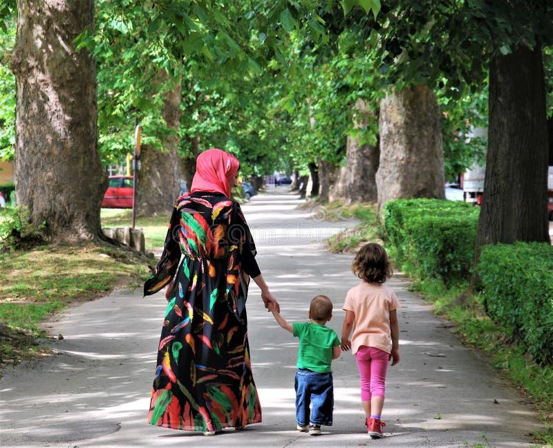 FAMÍLIA: Mãe muçulmana com seus filho e filha fotos de stock royalty free
