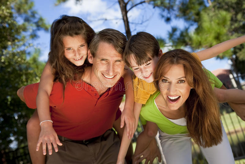 Família moderna que tem o divertimento em um parque
