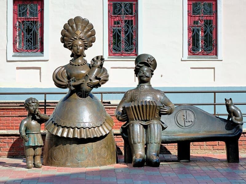 Família - monumento aos brinquedos de Dymkovo em Kirov fotos de stock