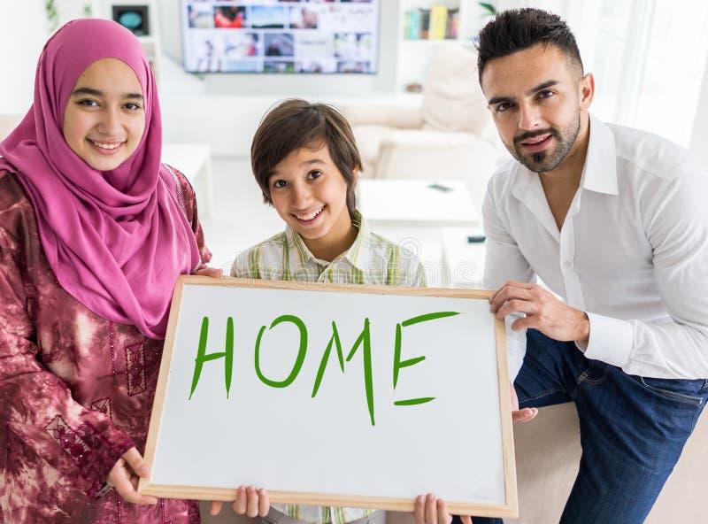 Família muçulmana árabe feliz na casa moderna fotografia de stock royalty free
