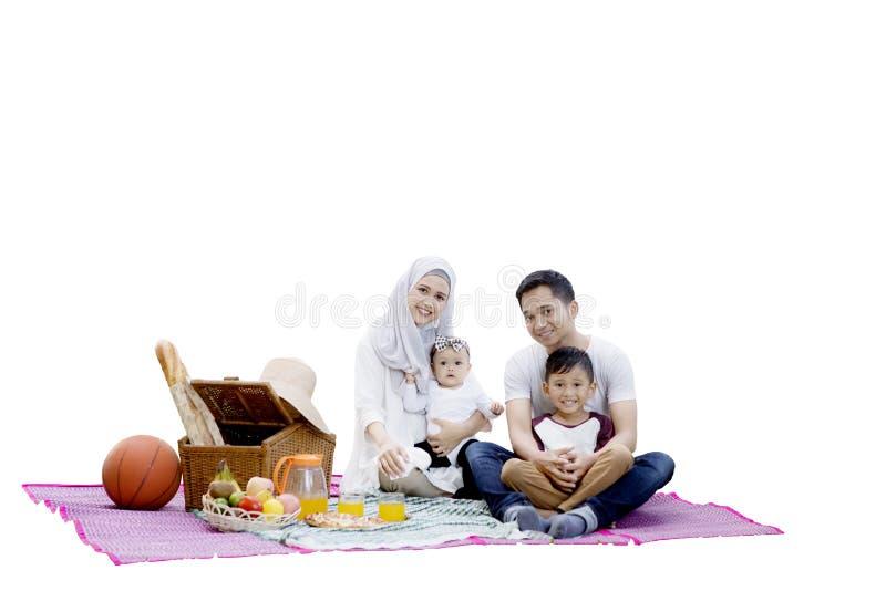 Família muçulmana com cesta do piquenique imagens de stock royalty free