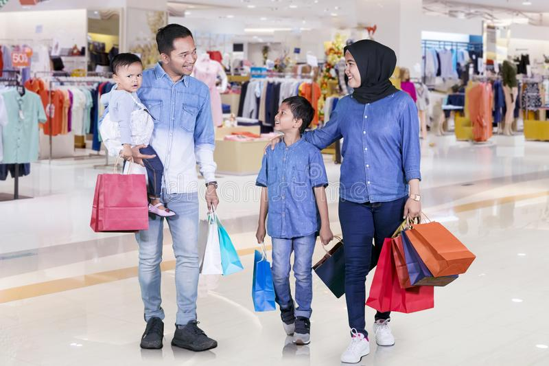 Família muçulmana feliz que guarda sacos de compras fotografia de stock